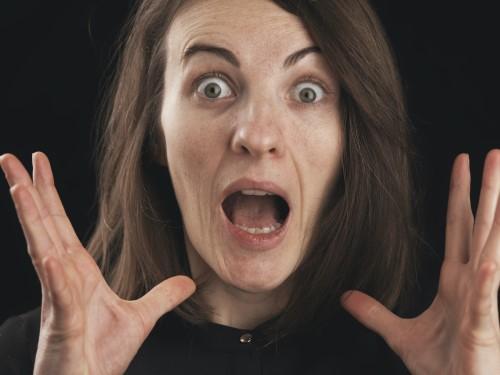 Frau mit panischem Gesichtsausdruck
