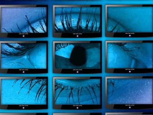 Grosses Auge auf mehreren Monitoren