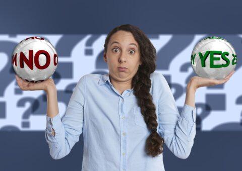 Frau mit Yes und No Kugel